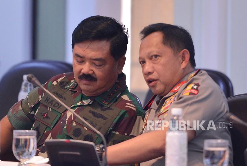 Panglima TNI Marsekal TNI Hadi Tjahjanto (kiri) berbincang dengan Kapolri Jenderal Pol Tito Karnavian.