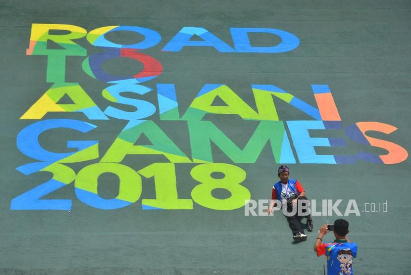 Panitia berswafoto jelang Road To Asian Games 2018 di venue Sirkuit BMX Galuh Ciamis Cigembor, Kabupaten Ciamis, Jawa Barat, Selasa (5/12).