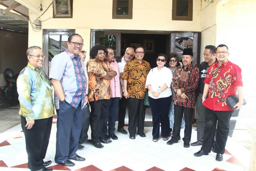 Panitia Urusan Rumah Tangga (PURT) DPD RI bersama senator dari Sulawesi Selatan meninjau kondisi gedung kantor DPD RI di Sulawesi Selatan.