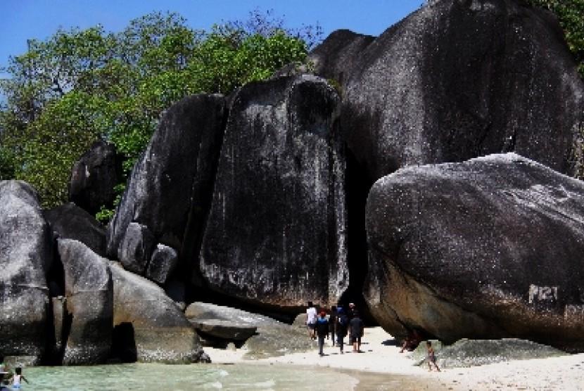Pantai Tanjung Tinggi terletak 30 km dari Kota Tanjung Pandan itu menjadi tujuan wisata karena keindahannya dan pernah menjadi lokasi syuting film Laskar Pelangi pada tahun 2008.