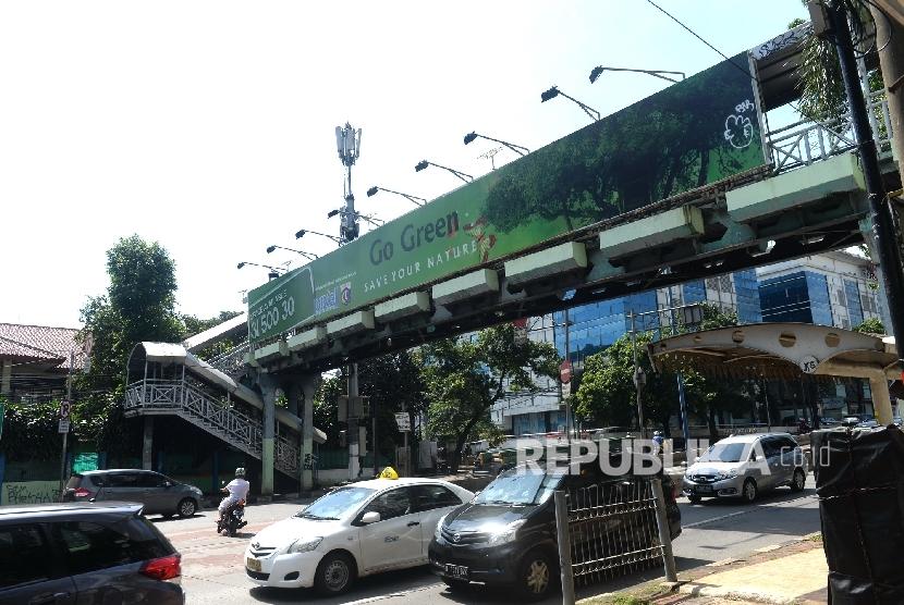 Papan iklan memenuhi hampir seluruh badan JPO di Jakarta Selatan, Kamis (29/9).