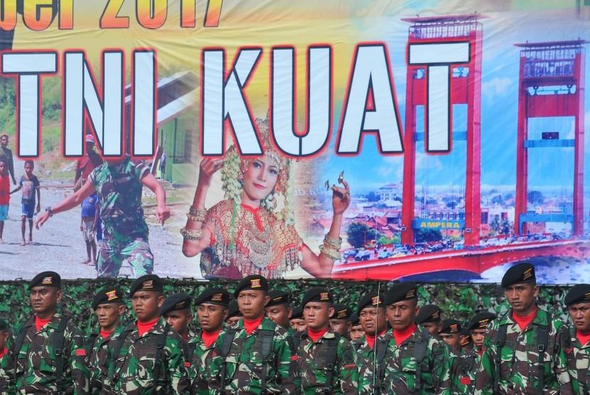 Para anggota TNI mengikuti upacara peringatan hari jadi ke- 72 TNI, di lapangan Jasdam Palembang, Sumsel, Kamis (5/10).