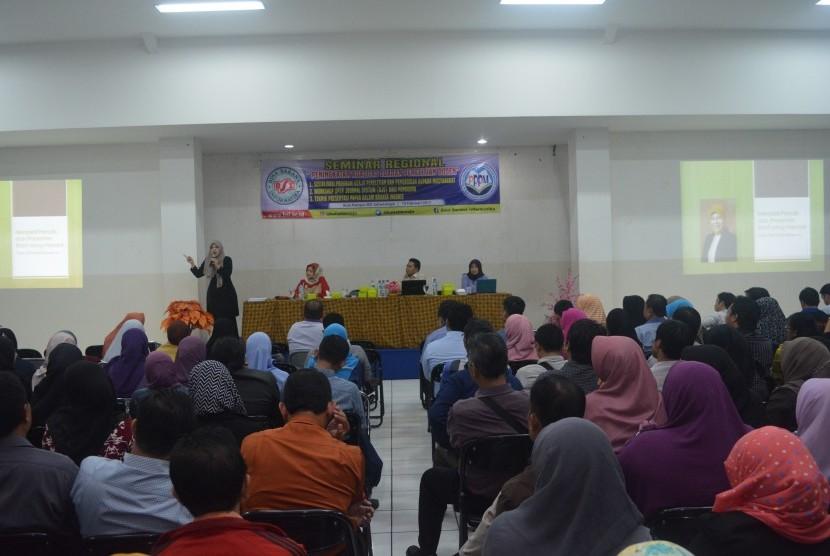 Para dosen BSI mendapatkan pembekalan materi publikasi artikel ilmiah di jurnal internasional oleh Dr Irianti Usman.