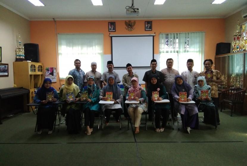 Para guru Agama Islam Sekolah Al Azhar BSD mengikuti pelatihan membaca Alquran Metode Adjani.