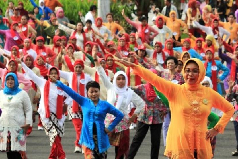 Para ibu dengan pakaian kebaya melakukan senam bersama di Surabaya, Jawa Timur, Ahad (20/12).