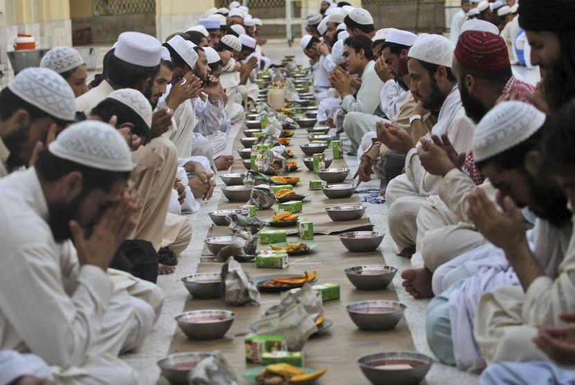 Para jamaah berdoa bersama sebelum berbuka puasa dalam sebuah masjid di Peshawar, Pakistan, Sabtu (21/7).  (Mohammad Sajjad/AP)