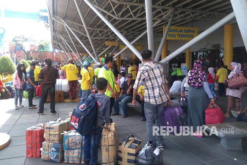 Para kuli panggul menawarkan jasa mereka di Terminal Penumpang Pelabuhan Tanjung Priok, Jakarta Utara, Selasa (20/6).