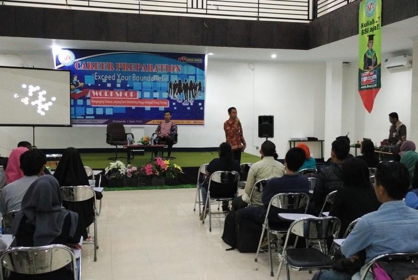 Para mahasiswa AMIK BSI Pontianak mendengarkan pemaparan nara sumber seminar karir yang digelar di Pontianak, Rabu (1/6).
