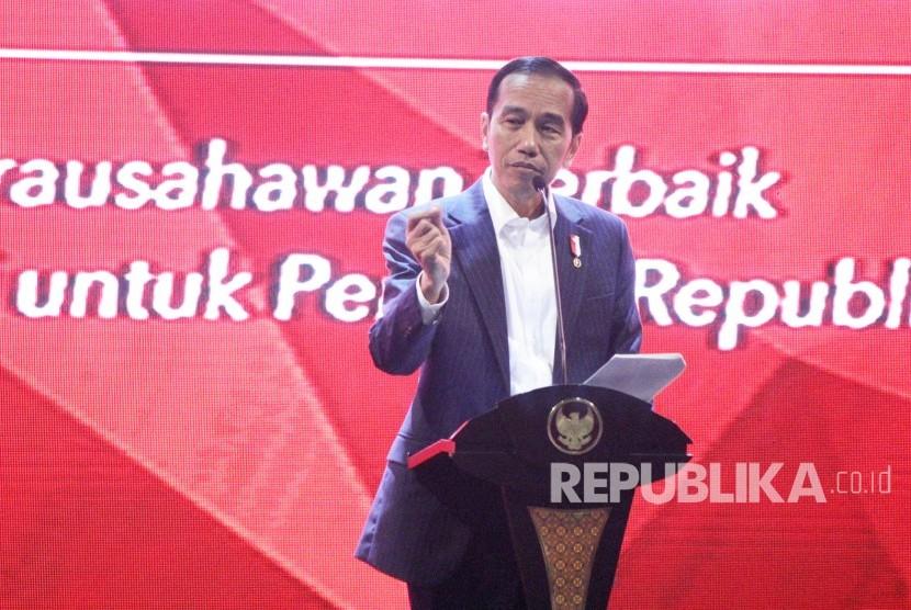 Presiden RI Joko Widodo (Jokowi) menyampaikan pengalamannya pada acara Entrepreneurs Wanted ! bertajuk Wirausahawan Terbaik Berbagi untuk Penerus Republika, di Gedung Sasana Budaya Ganesa (Sabuga), Kota Bandung, Senin (18/12).