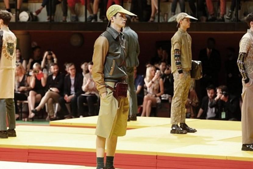 Para model memeragakan busana hasil rancangan Rumah Mode Kenzo, di Paris