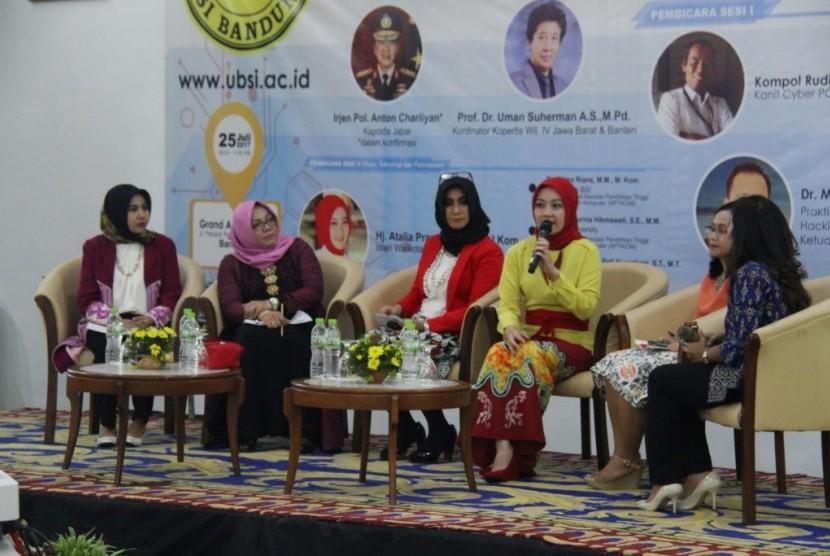 Para narasumber wanita seminar cyber law yang diadakan oleh Universitas BSI Bandung.