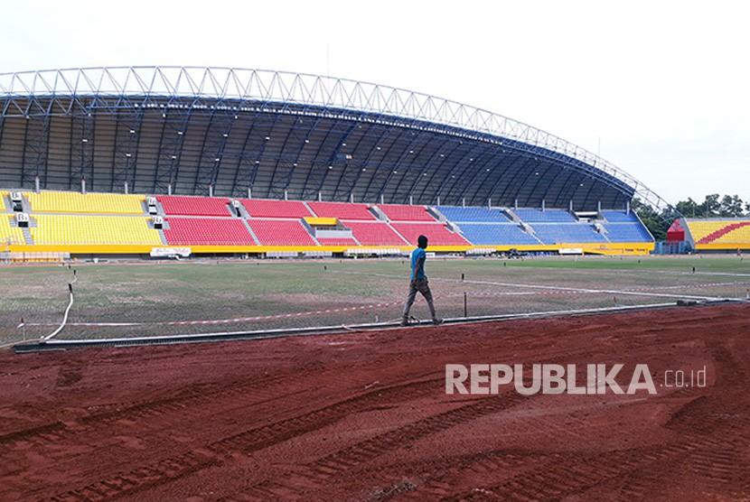 Para pekerja sedang menyelesaikan renovasi stadion Gelora Sriwijaya di komplek Jakabaring Sport City (JSC) tempat pelaksanaan cabang olahraga sepakbola pada Asian Games XVIII – 2018. Renovasi dilakukan terhadap tribun, lapangan dan lintasan.