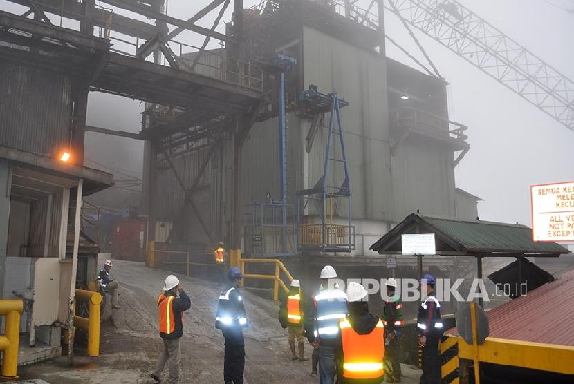 Para pekerja tambang dari Tembagapura menuju Grasberg harus diangkut menggunakan //tram// yang memiliki kapasitas sekali jalan mengangkut 80 orang.