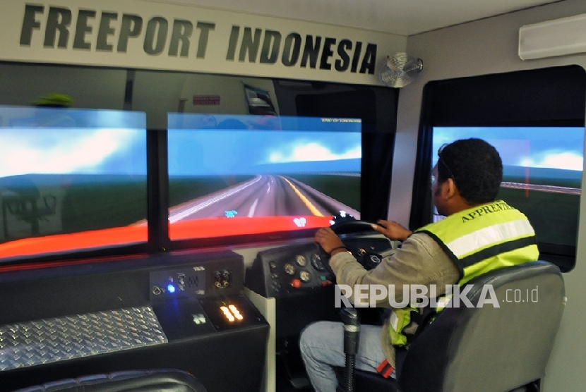 Para pekerja yang menjadi pengemudi truk tambang berukuran raksasa sebelum menggunakan kendaraan yang sesungguhnya, PT Freeport Indonesia mengharuskan menjalani pelatihan dengan peralatan canggih seperti simulator yang ada di Timika.