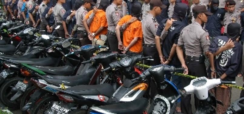 Para pelaku kriminal dijaga oleh Polisi saat ekpose tindak kriminal tahun 2011 di Mapolres Bogor, Cibinong, Jabar.