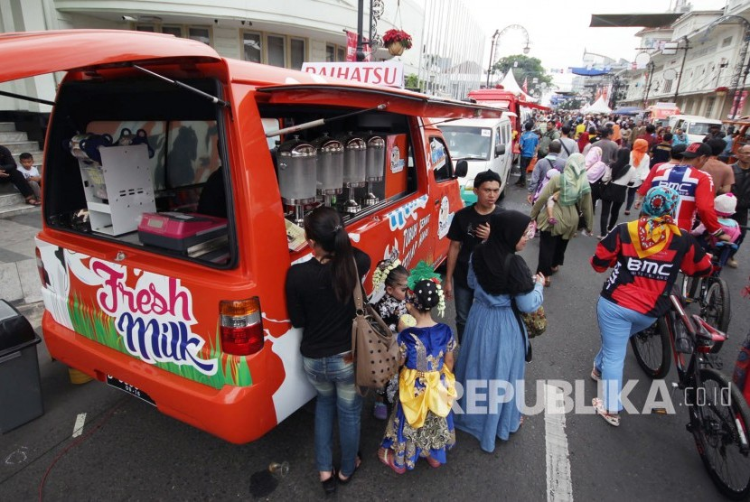 Entrepreneurs in Bandung city offer their product through Mobile Store at Asia Afrika street.