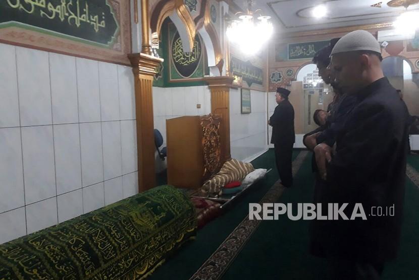 Para pelayat tengah menyolatkan Ustaz Prawoto yang meninggal akibat dianiaya di mesjid Al Muhajirin Jalan Burujul, Desa Mekar Rahayu, Kecamatan Margaasih, Kabupaten Bandung, Kamis (1/2)