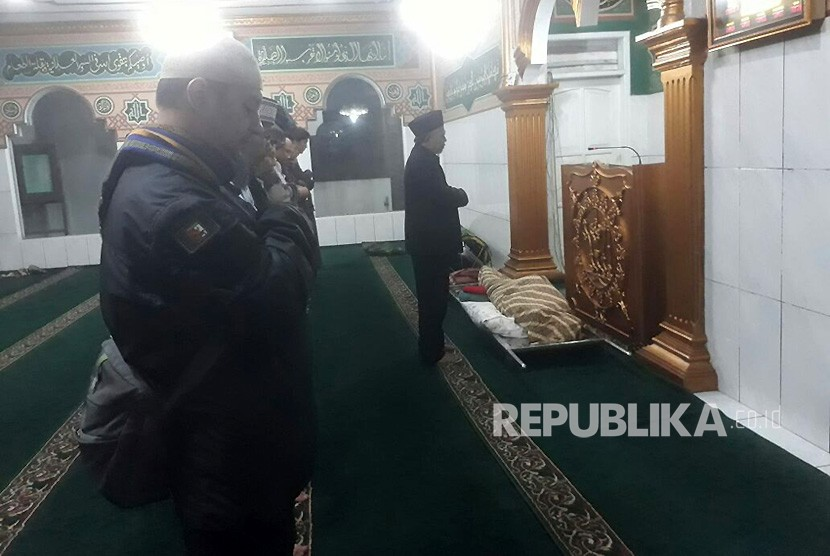 Para pelayat tengah menyolatkan Ustaz Prawoto yang meninggal akibat dianiaya di mesjid Al Muhajirin Jalan Burujul, Desa Mekar Rahayu, Kecamatan Margaasih, Kabupaten Bandung (Ilustrasi)