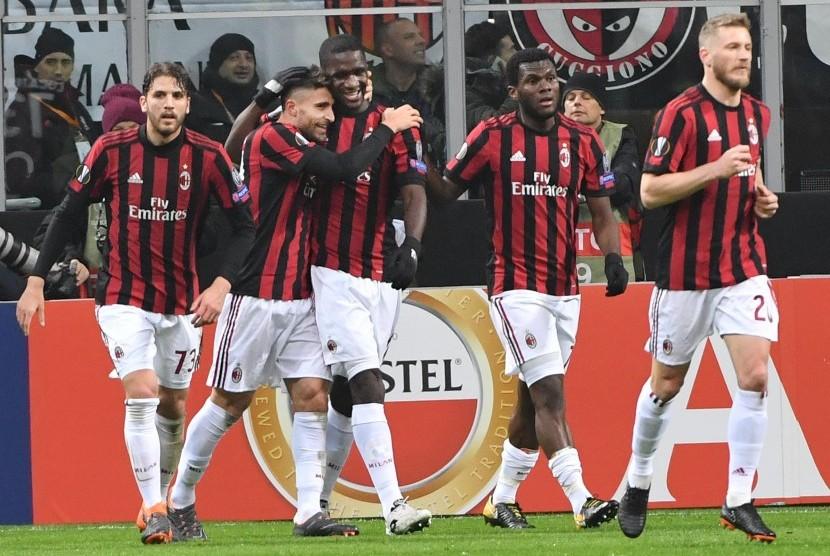 Para pemain AC Milan melakukan selebrasi.
