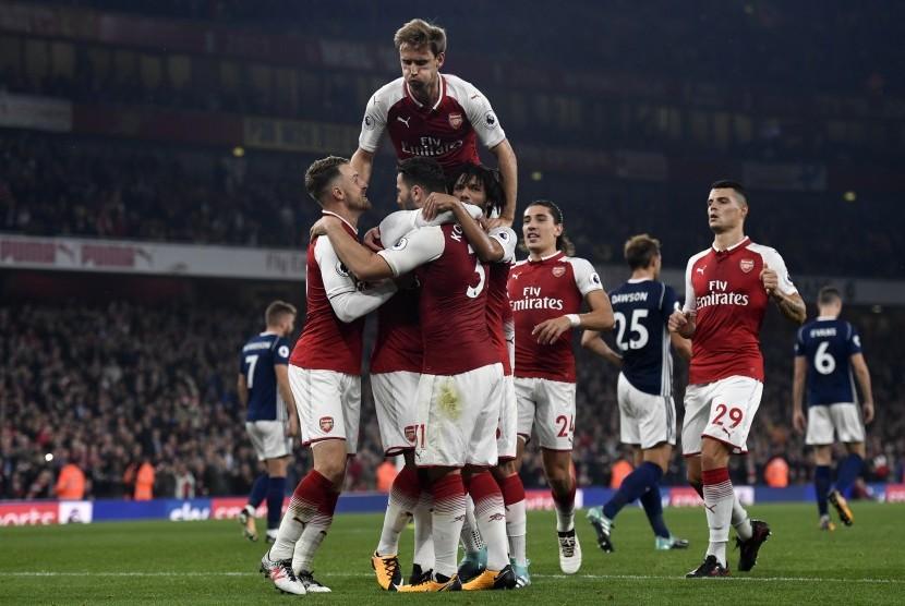 Para pemain Arsenal merayakan gol Alexandre Lacazette pada laga Liga Primer Inggris lawan West Bromwich Albion di Stadion Emirates, Selasa (26/9) dini hari WIB. Arsenal menang 2-0.