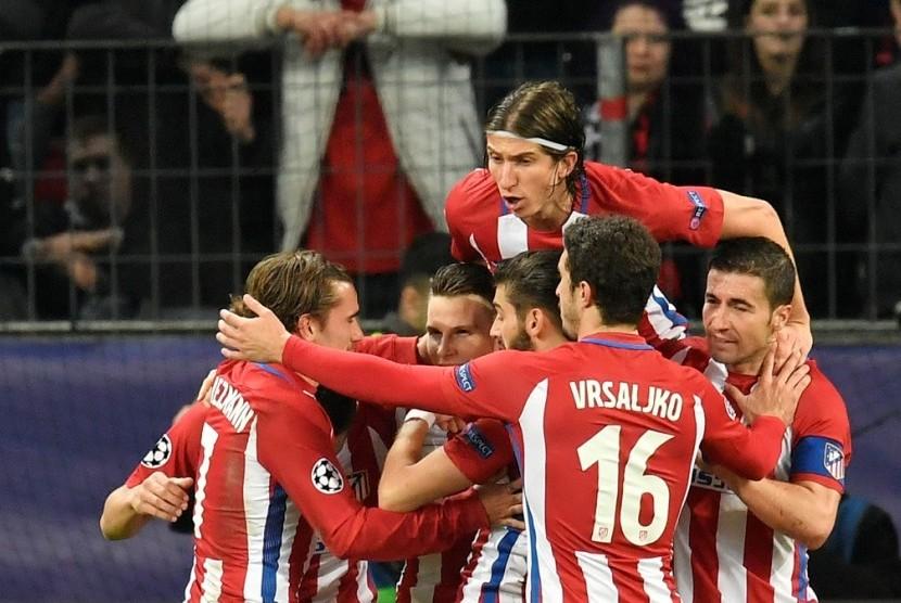 Para pemain Atletico Madrid merayakan gol ke gawang Bayer Leverkusen pada leg pertama babak 16 besar Liga Champions di Bay Arena, Rabu (22/2) dini hari WIB.