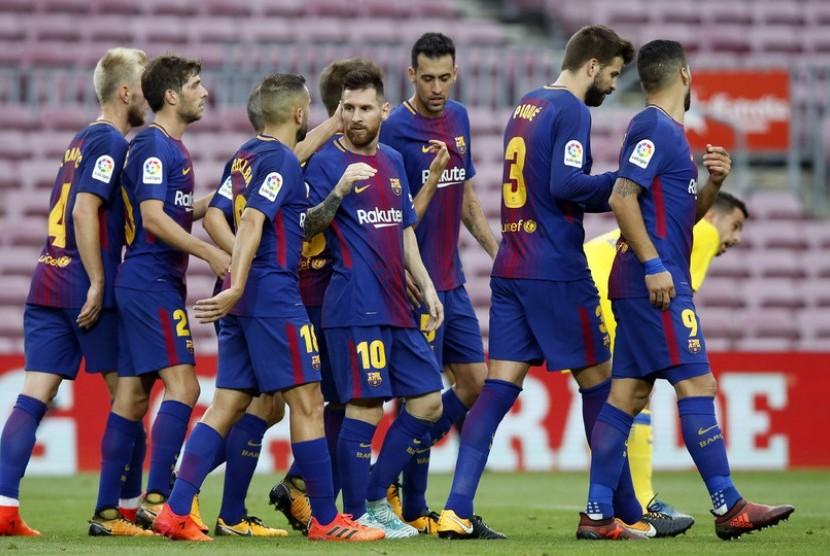 Para pemain Barcelona ketika menghadapi Las Palmas pada laga tanpa penonton di Camp Nou, Ahad (1/10).