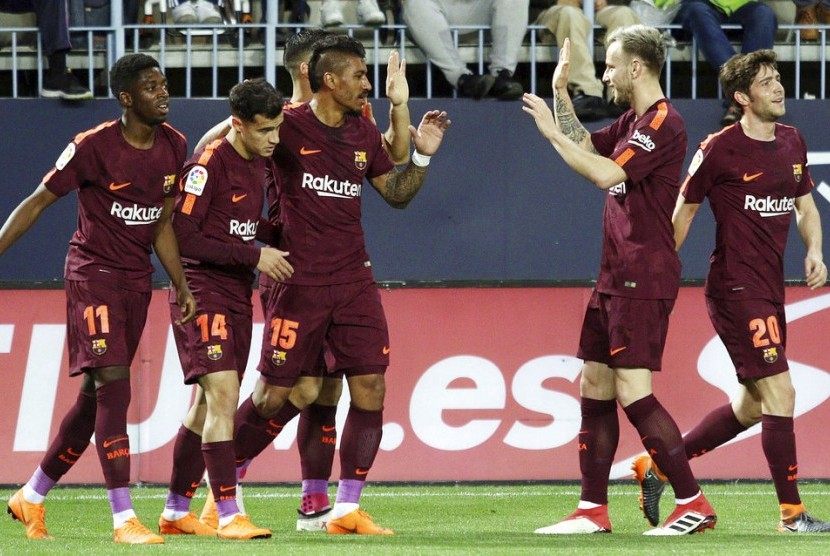 Para pemain Barcelona merayakan gol Philippe Coutinho ke gawang Malaga.