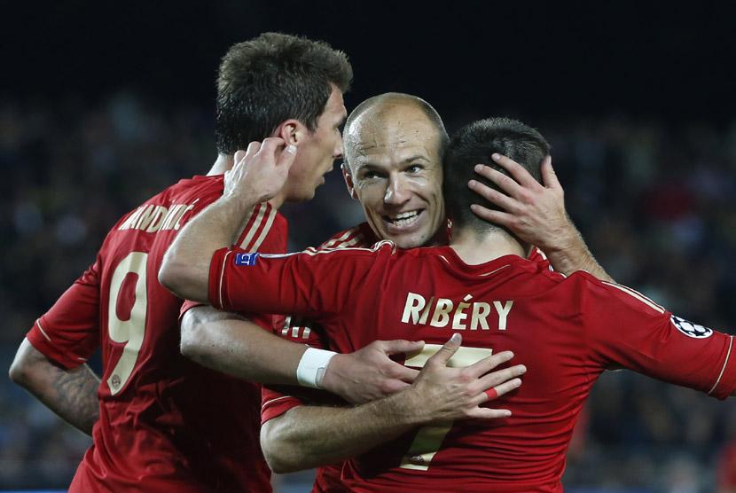 Para pemain Bayern Muenchen Arjen Robben (tengah), Franck Ribery (kanan) dan Mario Mandzukic (kiri), merayakan kemenangan tim mereka saat menundukkan Barcelona dalam laga pertemuan kedua semifinal Liga Champions  di Camp Nou, Kamis (2/5) dini hari WIB.