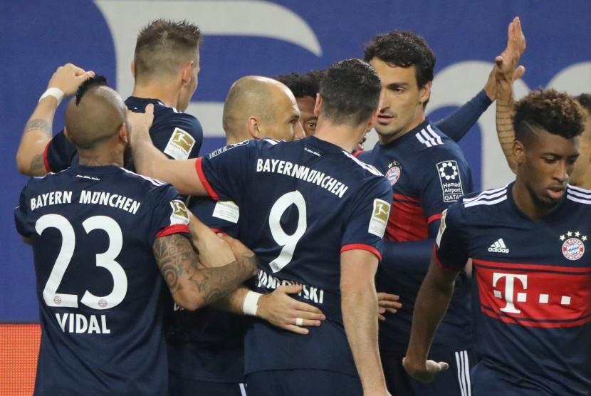 Para pemain Bayern Muenchen merayakan gol ke gawang Hamburger SV pada laga lanjutan Bundesliga di Stadion Volkspark, Ahad (22/10) dini hari WIB. Muenchen menang 1-0.