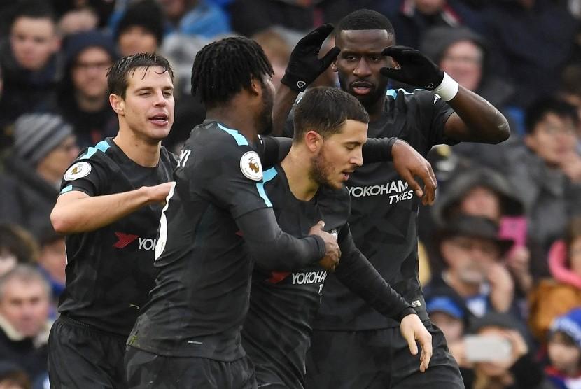 Para pemain Chelsea merayakan gol Eden Hazard (tengah).