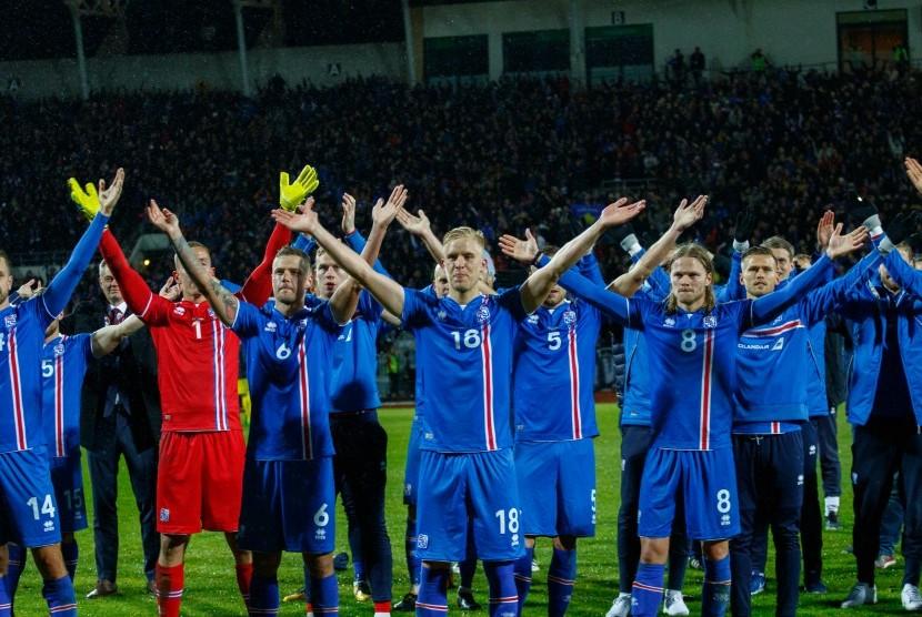 Para pemain Islandia merayakan keberhasilan lolos ke Piala Dunia 2018 di Rusia setelah mengalahkan Kosovo di Reykjavik, Islandia, Senin (9/10) waktu setempat.