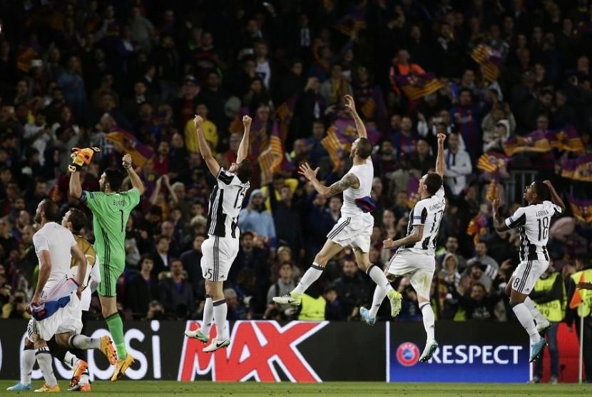 Para pemain Juventus merayakan keberhasilan menyingkirkan Barcelona di perempat final Liga Champions.