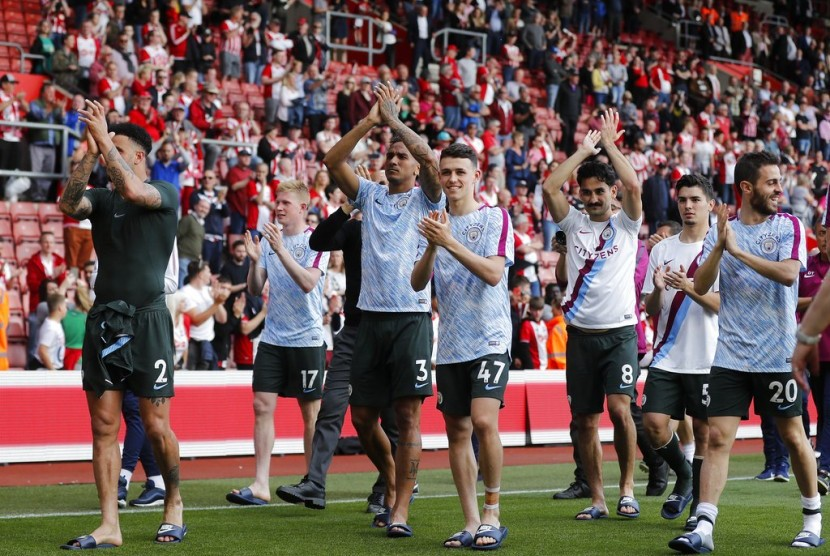 Para pemain Manchester City memberikan penghormatan kepada penggemar mereka seusai mengalahkan Southampton 1-0 pada laga terakhir Liga Primer Inggris musim 2017/2018.