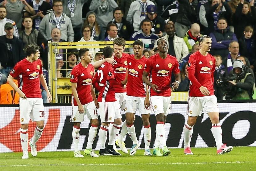 Para pemain Manchester United merayakan gol Henrikh Mkhitaryan (ketiga dari kiri) pada laga perempat final Liga Europa lawan Anderlecht, di stadion Constant Vanden Stock, Jumat (14/4) dini hari WIB. Laga berakhir imbang 1-1.