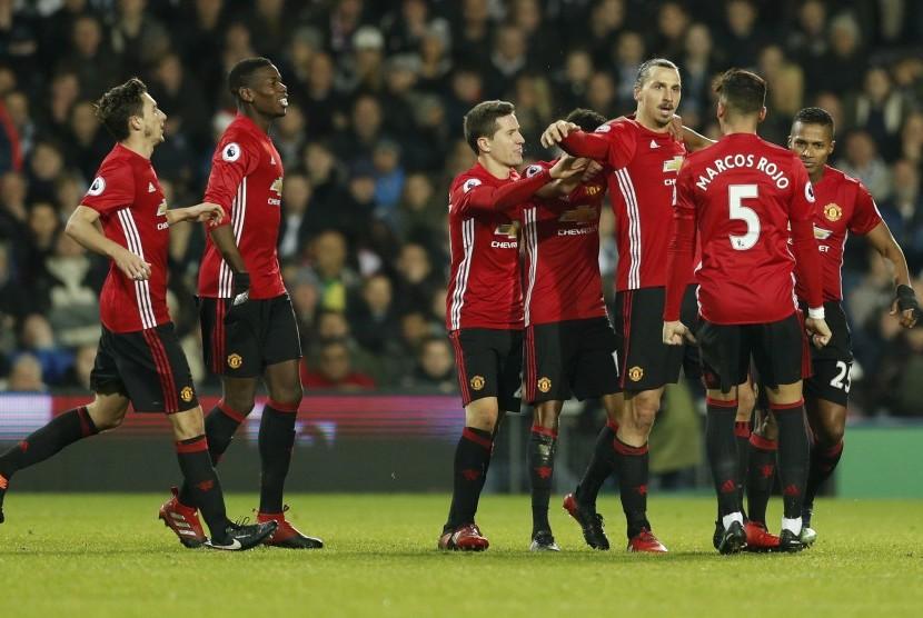 Para pemain Manchester United merayakan gol Zlatan Ibrahimovic ke gawang West Bromwich Albion pada laga Liga Primer di stadion the Hawthorns, Sabtu (17/12). United menang 2-0.