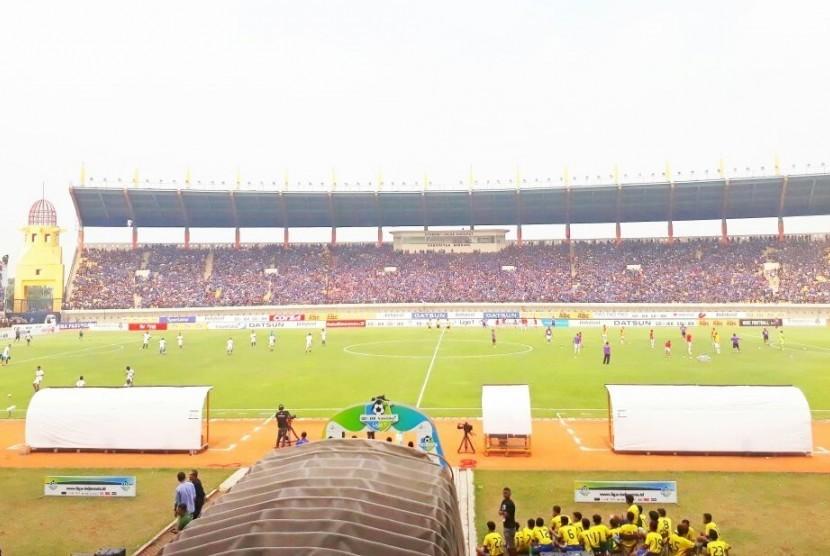 Para pemain Persib Bandung dan Bali United menjalani pemanasan jelang bertanding di Stadion Si Jalak Harupat, Kabupaten Soreang, Bandung, Kamis (21/9).