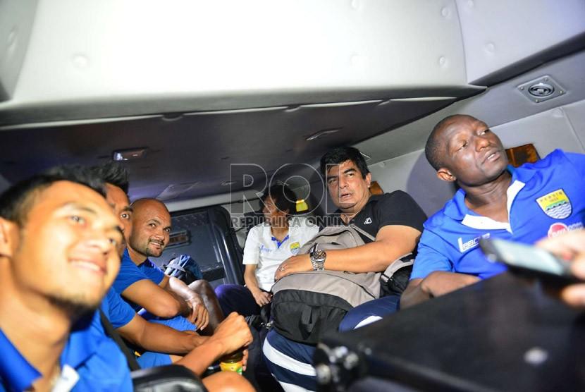 Para pemain Persib di dalam kendaraan perintis Barracuda di rest area Tol Cikampek, Sabtu (22/6).  (Republika/Yogi Ardhi)