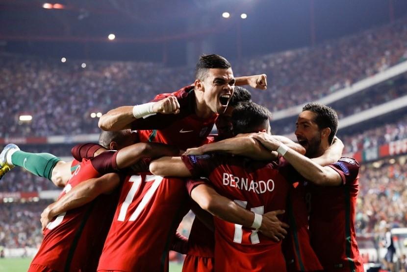 Para pemain Portugal saatmerayakan gol ke gawang Swiss dalam laga kualifikasi Piala Dunia 2018.