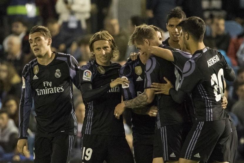 Para pemain Real Madrid merayakan gol saat mengalahkan Celta Vigo 4-1.