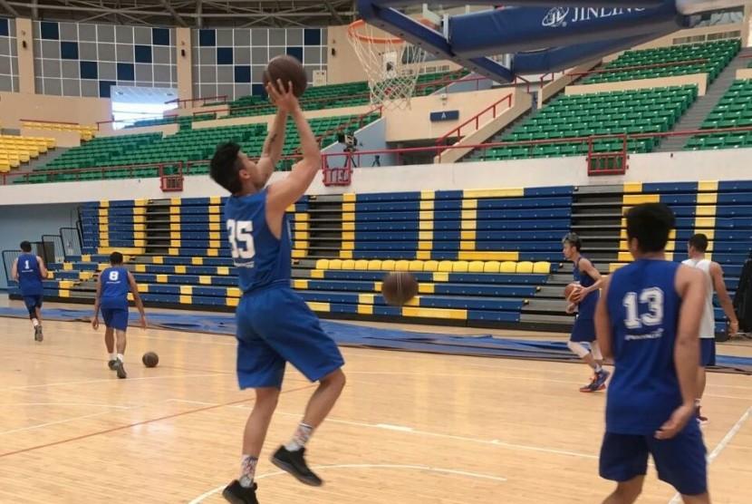 Para pemain Satria Muda Pertamina sedang mencoba lapangan dalam menghadapi turnamen internasional di Taiwan.