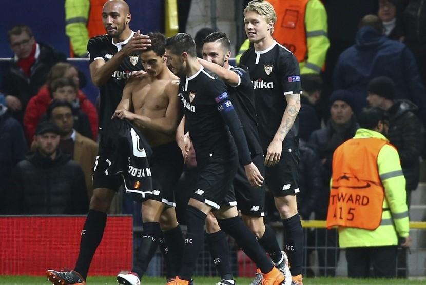 Para pemain Sevilla merayakan gol ke gawang Manchester United.