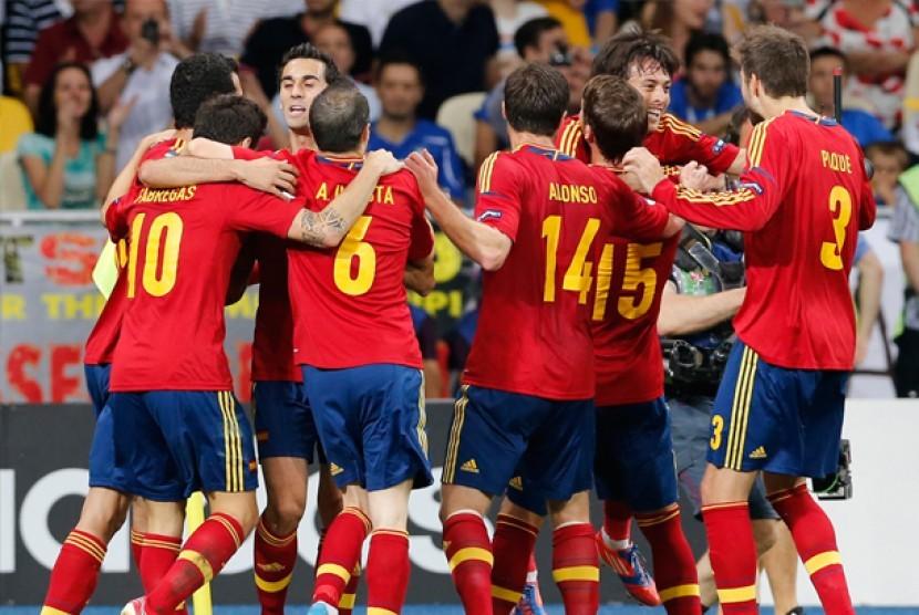 Para pemain Spanyol merayakan gol ke gawang Italia, Senin (2/7) dinihari WIB.