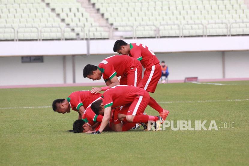 Para pemain timnas Indonesia U-19 merayakan gol ke gawang Timor Leste dengan sujud syukur.