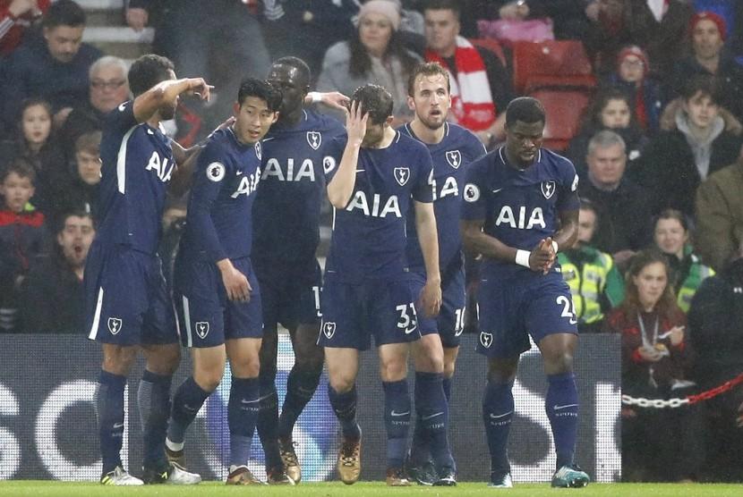 Para pemain Tottenham Hotspur merayakan gol Harry Kane (kedua kanan) pada laga Liga Primer lawan Southampton di St Mary, Senin (22/1) dini hari WIB. Laga berakhir imbang 1-1.