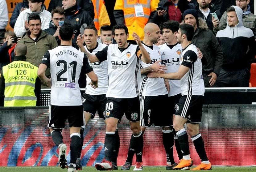 Para pemain Valencia merayakan gol ke gawang Alaves.