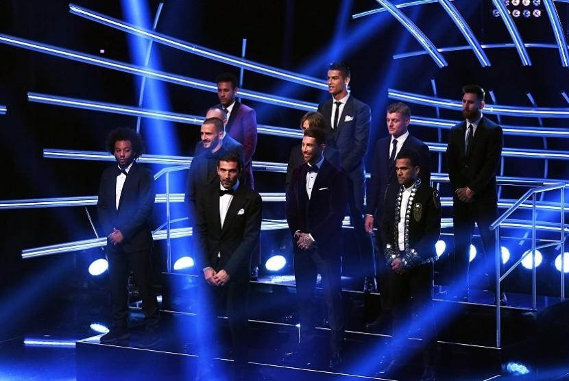 Para pemain yang masuk dalam FIFPRO World XI dalam acara seremoni penghargaan FIFA di London, Senin.