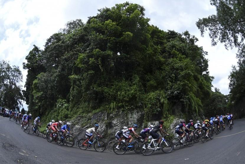 Para pembalap memacu sepedanya dalam dalam etape ketiga kejuaraan balap sepeda internasional Tour de Indonesia 2018 di kawasan Watu Gudang, Jember, Jawa Timur, Sabtu (27/1).