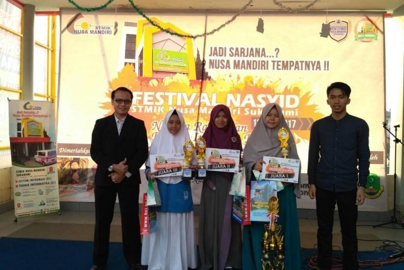 Para pemenang Festival Nasyid yang diadakan oleh STMIK Nusa Mandiri Sukabumi.
