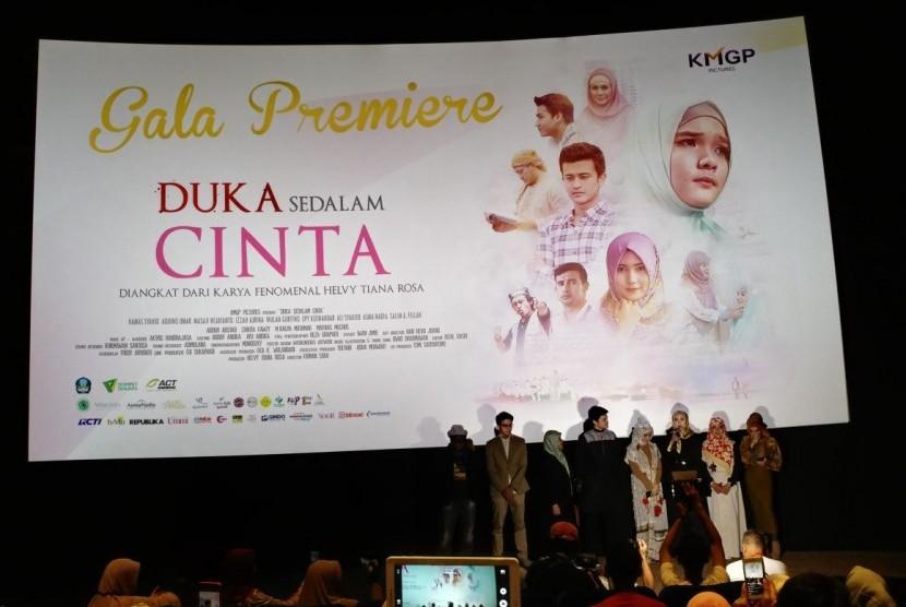 Para pemeran dan pendukung produksi Duka Sedalam Cinta saat penayangan untuk undangan, Rabu (18/10).