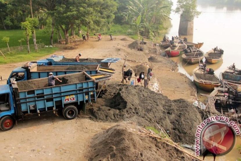 Para penambang mendapat berkah tiap kali Sungai Ciujung banjir dan meluap karena arus air membawa endapan pasir dari hulu